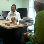 Ustaz Tajudin, pemilik Kilang Sidratul Enterprise memberi taklimat penyediaan produk Bio Emas