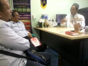 Dr. Abd Razak, Gadaffi dan Ustaz Tajudin sedang merumuskan formulasi untuk Jus Delima Bio Emas di Kilang Sidratul Enterprise, Kuala kangsar, Perak