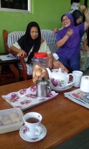 Isteri Che Musa berwajah ceria menceritakan keberkesanan Pati / Jus Delima Bio Emas merawat penyakit kencing manis, buah pinggang dan masaalah penglihatan ibunya (kiri)